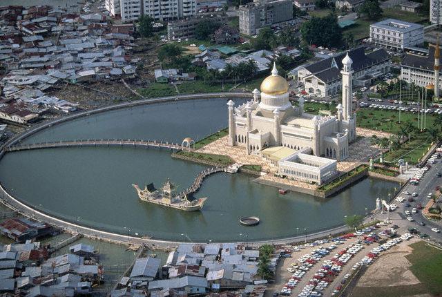 Omar Ali Saifuddin Mosque and Artificial Lagoon